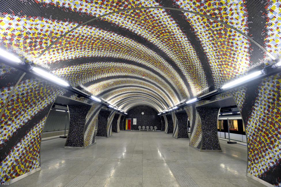 Különleges mozaikborításának köszönhetően ez a megálló már a megnyitás előtt                         egy évvel híres lett. Komoróczky Tamás képzőművész színes spirálmintás mozaikkal rakta ki az alagutakat, különleges vizuális hatást produkálva. Az állomás két részből áll: egyik része a Fővám térire rímel felszínig emelkedő kútjával, benne a távtartó gerendákkal. Az állomás másik fele a Műegyetem tömbje alá nyúlik be, és hagyományos eljárással fúrták.