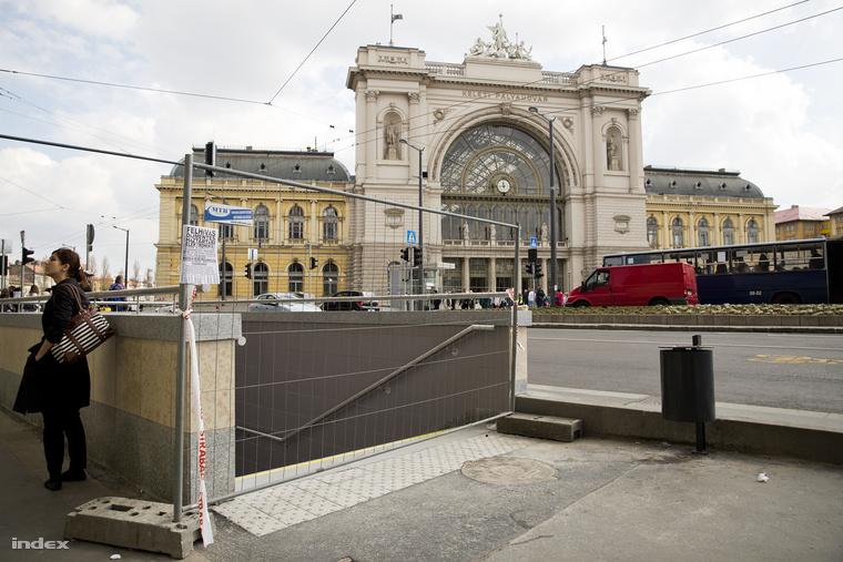 Két nappal az átadás előtt még kordon mögött a 4-es metróhoz vezető lejáró a Keleti pályaudvarnál.