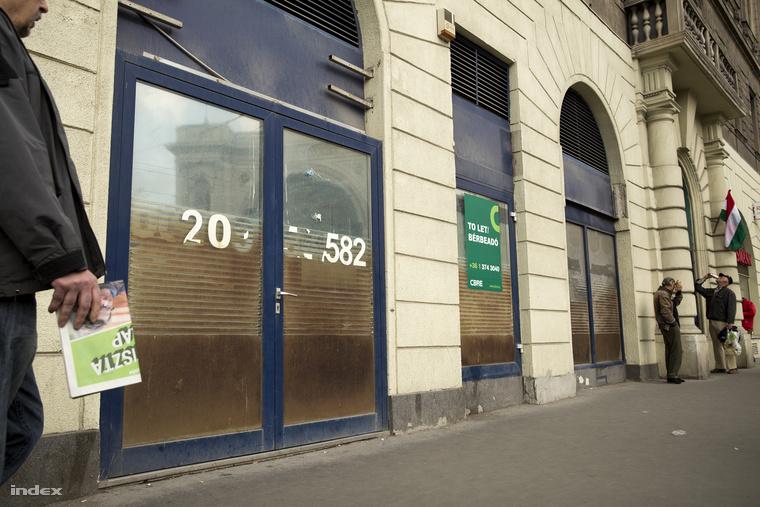 Bezárt boltok üres kirakatai a Keleti pályaudvarnál.