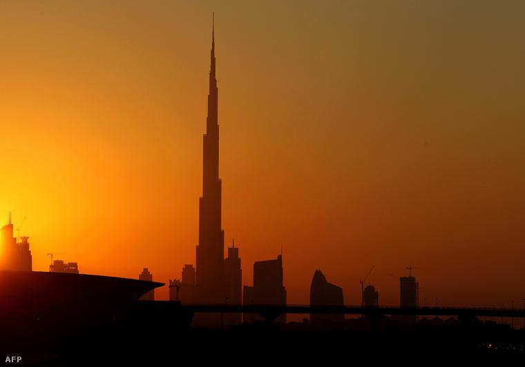 A Burdzs Kalifa épülete a dubai naplementében