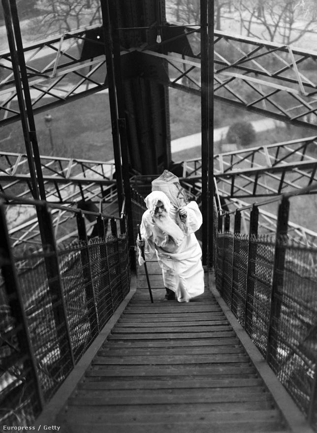 Mikulás az Eiffel-toronyban, 1929 decemberében. Vajon a szarvasok hol parkolnak?
