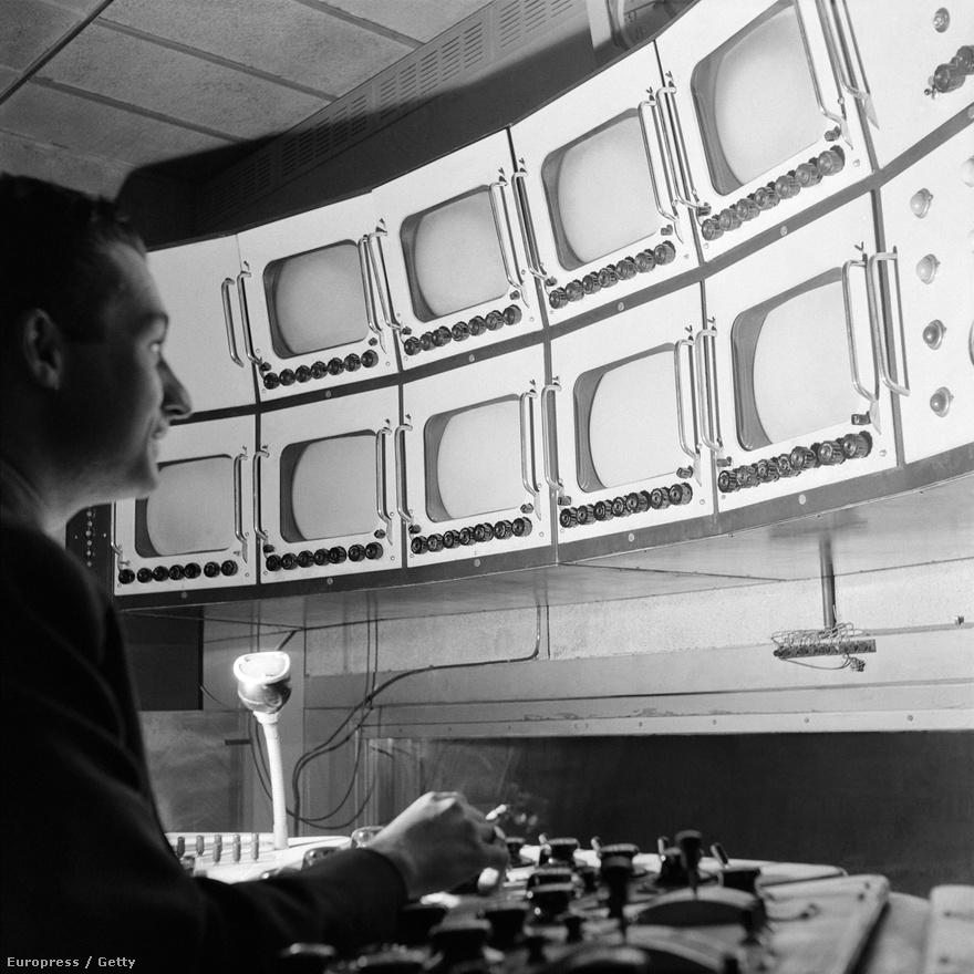 1950. január 1-je. Az francia tévé egyik korai  egyik első tévéadás az Eiffel-toronyból.