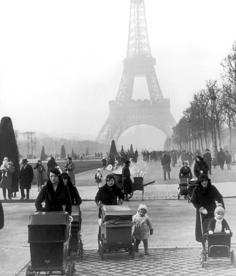Korzózás a Champ de Marson, az Eiffel-torony lábánál, 1934 januárjában.