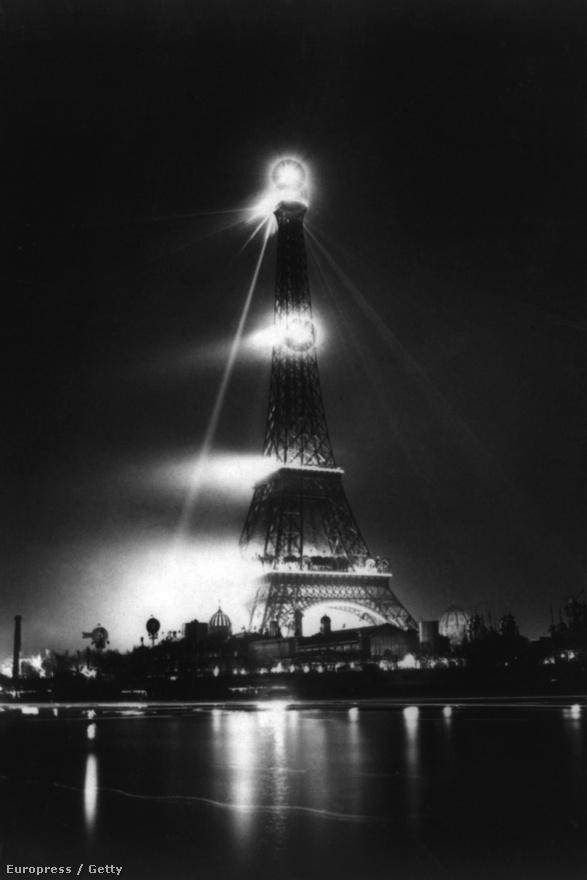 Éjszakai felvétel az Eiffel-toronyról. A fotó 1890 körül készülhetett.