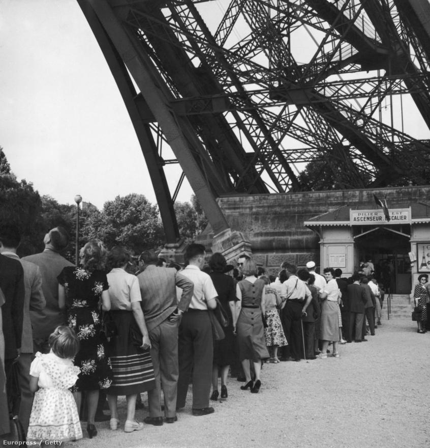 Turisták várnak sorban állva, hogy feljuthassanak a toronyba. A kép 1955 körül készült.
