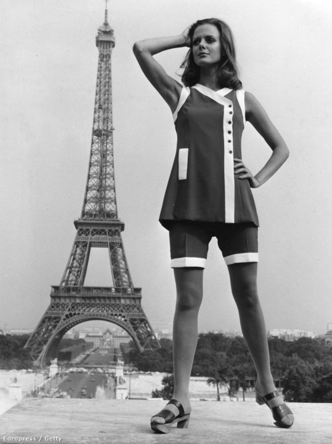 Egy modell az Eiffel-torony előtt pózol, a legfrissebb párizsi divatkölteményben. A fotó 1968-ban készült.