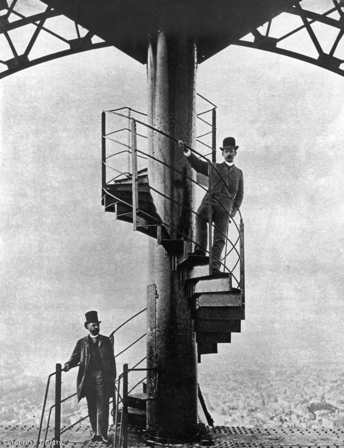 Gustave Eiffel, az épület tervezője integet a torony lépcsőjéről.