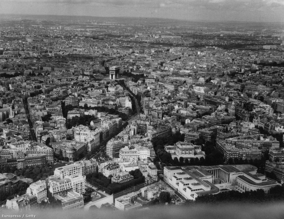 Párizsi látkép az Eiffel-toronyból.Ezt a romantikus városképet féltette sok párizsi, amikor a tornyot építeni kezdték. Híres művészek írtak alá petíciókat, hogy tiltakozzanak az építkezés ellen. Maupassant állítólag csak azért evett az Eiffel-torony éttermében, mert ez volt a város egyetlen étterme, ahonnan nem lehetett látni a tornyot.
