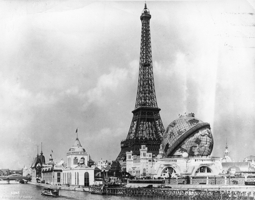 A Szajna-partra épített Eiffel-tornyot a francia forradalom 100. évfordulójára építették, ami egybeesett az 1889-es és az 1900-as világkiállítással. Az épületet átmeneti emlékműnek tervezték, de később mégsem bontották le.