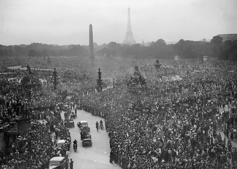 A felszabadulás után, 1944. augusztus 26-án hatalmas tömeg fogadta de Gaulle tábornokot.