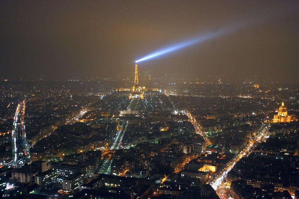 2007 februárjában az Eiffel-torony lámpáit 5 percre elsötétítették, hogy így hívják fel a figyelmet az energiatakarékosságra. A fotó közvetlenül a lekapcsolás előtt készült.