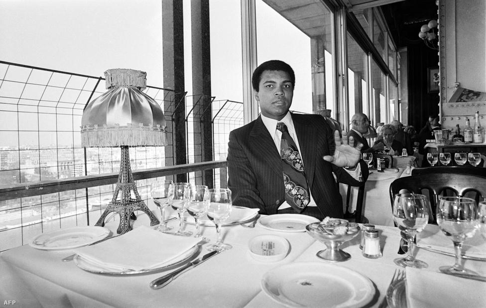 Muhammad Ali is ebédelt az Eiffel-toronyban, 1976 márciusában.