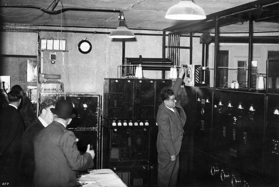 Az Eiffel-toronyra először az 1930-as években szereltek tévéantennát. A kép 1935. november 18-án készült, az adókészülék első tesztjén.