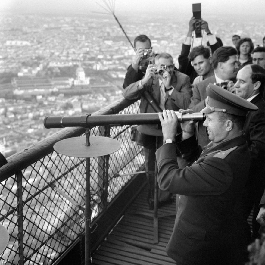A szovjet űrhajós, Jurij Gagarin megtekinti az Eiffel-torony távcsövét 1963. szeptember 8-án. Gagarin volt az első, aki megjárta a világűrt egy Vosztok rakétával.