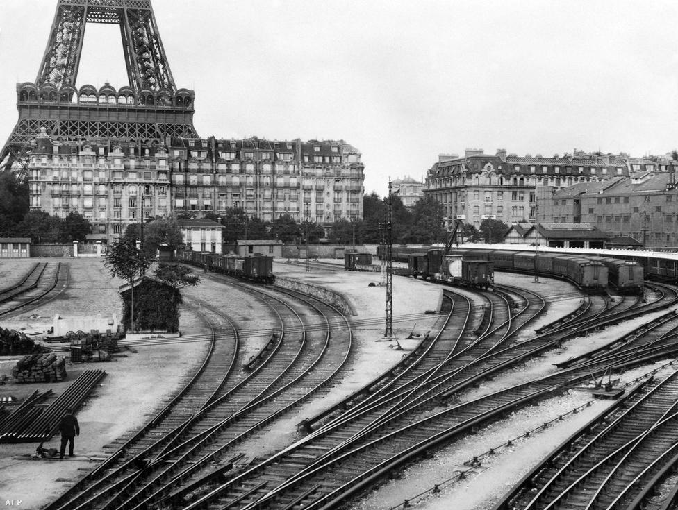 A Champ de Mars vasútvonalat eredetileg azért építették ki, hogy a világkiállításra szánt építőanyagokat és felszereléseket könnyen eljuttathassák a kiállítás helyszínére. A kép az 1930-as években készült.
