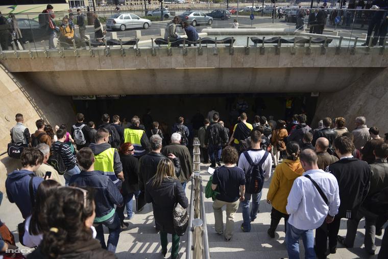 Délben megindult a tömeg a metróba.