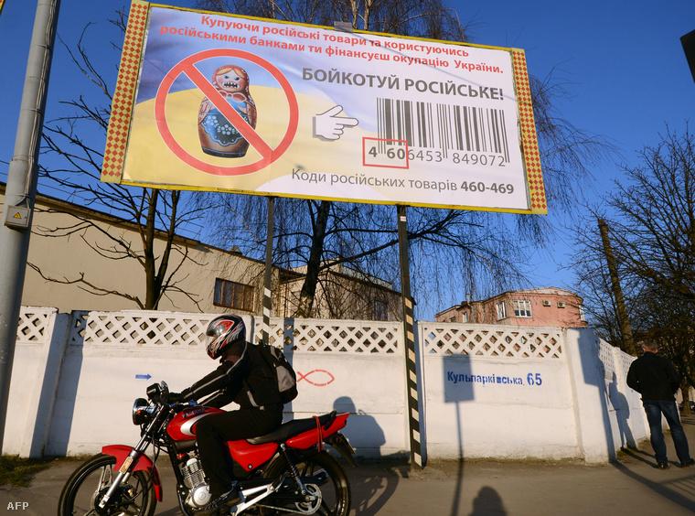 Oroszellenes plakát, ami az orosz termékek bojkottjára szólít fel Lvivben. A 460-469-al kezdődő vonalkód utal egy termék orosz eredetére
