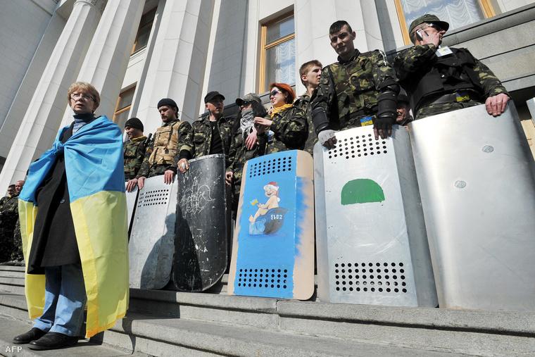 Védelmi erők a kijevi majdan téren, miután a radikáls Jobb Szektor ma demonstrációt tartott