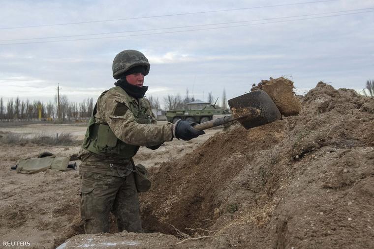 Árkot ás az ukrán hadsereg katonája a Krímmel szomszédos Herszon régió határában