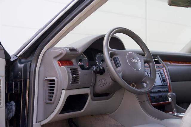 A világos burkolatok ellenére csak néhány helyen látszik, hogy az autó tizenhárom éves