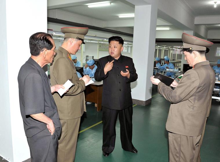 Észak-Korea hivatalos, központi hírügynöksége által 2013. augusztus 11-én kiadott felvételen Kim Dzsongun ellenőrzi az új, Arirang márkájú érintőképernyős telefon gyártási folymatát egy pontosan meg nem nevezett helyszínen és időpontban.