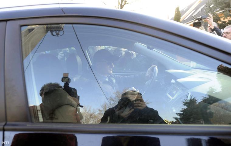 Simon Gábor autójával távozik budapesti házából miután ügyészségi nyomozók jártak nála 2014. február 13-án.