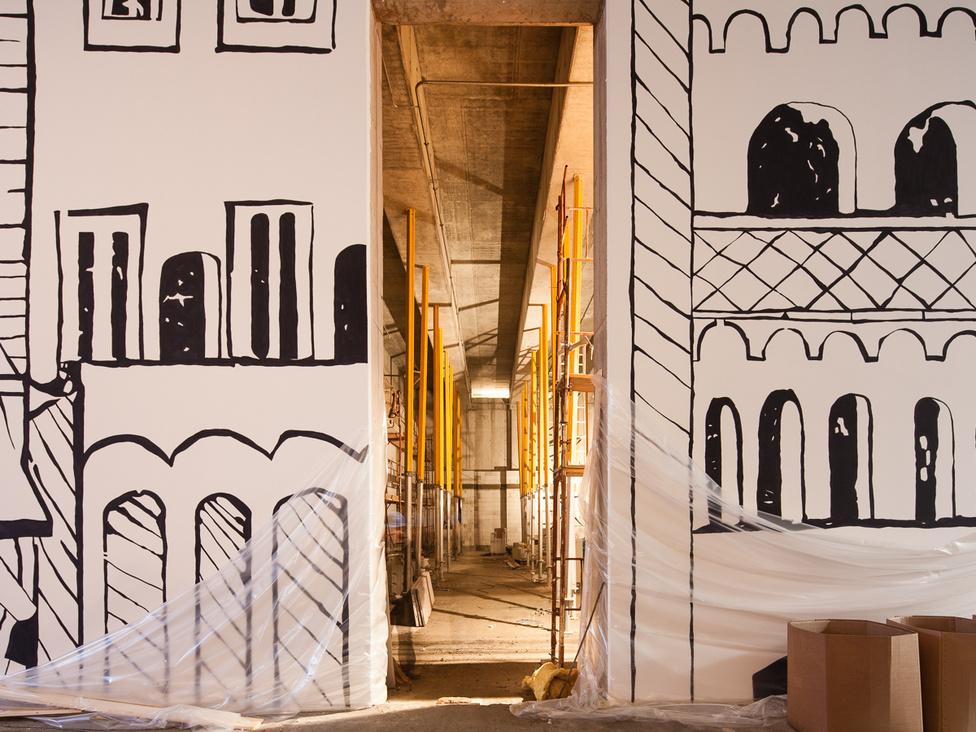 A multifunkciós terem az előcsarnokból nézve. A falakat a Schedel krónika felnagyított, Budát ábrázoló metszetének részletei díszítik.