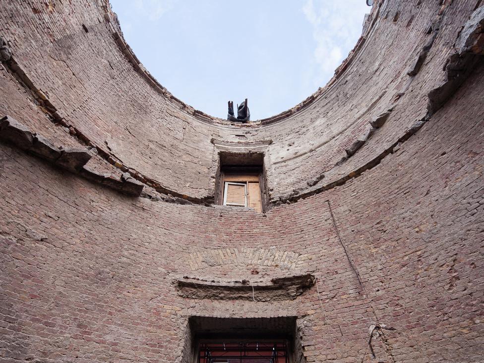 A Lépcsőpavilon gyönyörű csigalépcsőjét az ötvenes években rombolták le: egyszerűen leverték és egy betonfallal vágták keresztbe a teret. Ennek egyik oka az volt, hogy akkoriban a Habsburg-kori emlékeknek nem volt nagy becsülete, inkább a középkori erődrendszert akarták rekonstruálni.