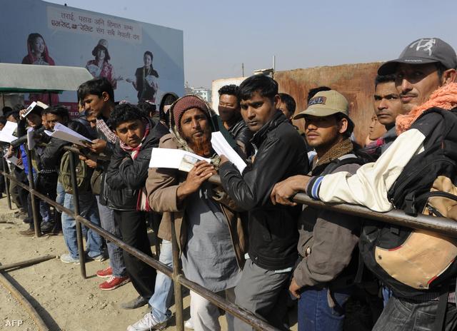 Katarba készülő nepáli munkások