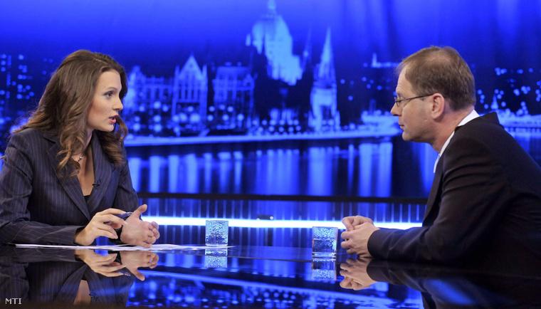 Mészáros Antónia műsorvezető kérdezi Navracsics Tibort a Fidesz-Magyar Polgári Szövetség frakcióvezetőjét az MTV választási műsorában 2010. március 29-én