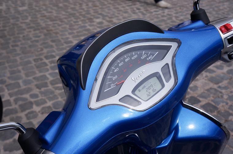 A Sprint/Primavera modellek teljesen új műszerfallal készülnek. A digitális szakaszon látható a benzinszint és kétféle napi kilométeradat