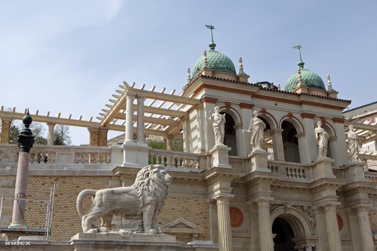 A központi pavilon, a gloriette. Ellátták oroszlánokkal, kariatidákkal, oszlopsorokkal, boltívvel, freskóval, domborművekkel, kovácsoltvas vázákkal, tümpanonokkal és puttóval. Sajnos több dolog nem fért rá.