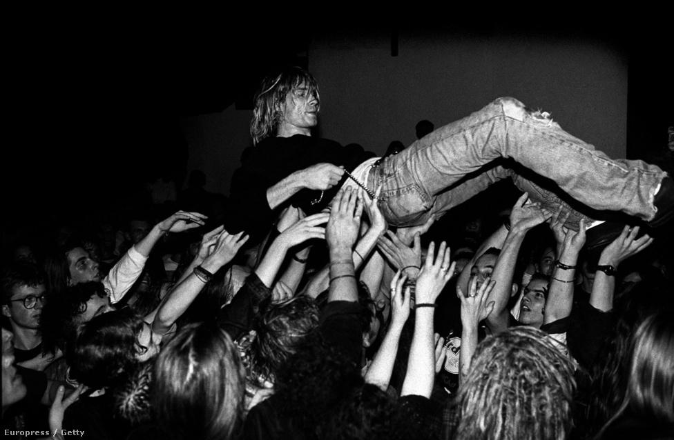 1991 novemberében, a Nirvana frankfurti koncertjén. 1992 januárjára a Nevermind a Billboard listájának élén kötött ki, letaszítva Michael Jackson nyolcadik albumát, a Dangeroust az első helyről. A Nirvana ezzel az alternatív rockzenét a mainstream részévé tette. Cobain sohasem tudott megbékélni a gondolattal, hogy ezzel önmagát is eladta, és azokat a homofób baseballütő-lóbálókat pedig, akiktől már középiskolásként is rettegett, Nirvana-rajongóvá tette.