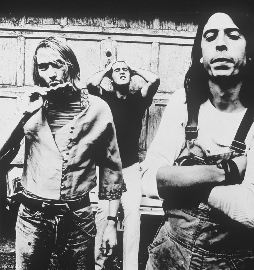 Cobain annyira szégyellte vékony testalkatát, hogy még a legmelegebb napokon is képes volt több réteg pulóvert viselni. A lányok ennek ellenére – már a befutása előtt is – kedvelték a csendes és különc fiút. Egy mellettük próbáló lányzenekar egyik tagja szerint egy kicsikét mindegyikőjük szerelmes volt a szép szemű Cobainbe.