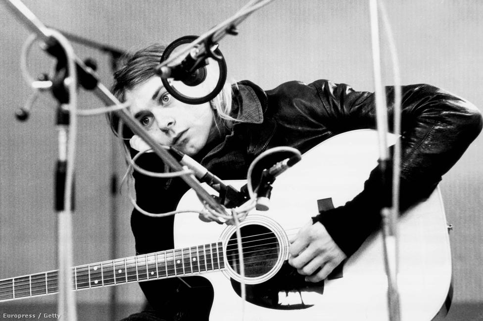 """Kurt Cobain 1991. november 25-én, két hónappal a Nevermind megjelenése után. """"Nem volt még egy olyan lemez a közelmúltban, amely ekkora hatással lett volna egy generációra. Tinédzserek teljes nemzedéke lett hirtelen punk"""" – írta a Rolling Stone a Nevermindról, ami végül a tizenhetedik helyezést érte el a magazin minden idők 500 legjobb lemezét összegyűjtő listáján."""