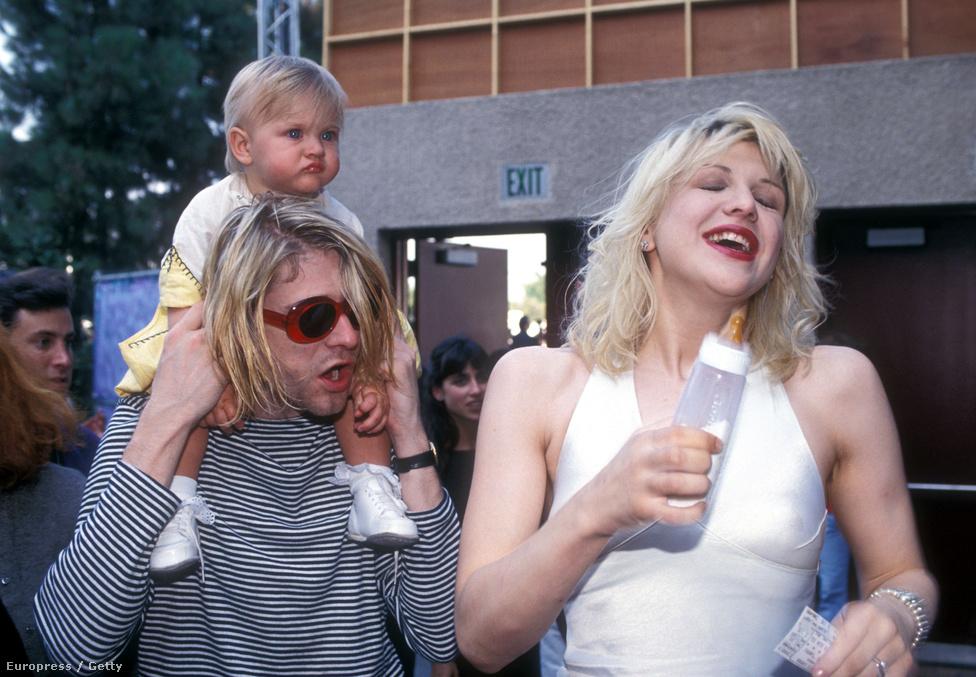 Courtney Love volt a Nirvana Yoko Onója, szabályosan rávetette magát Kurt Cobainre, majd feleségül ment hozzá és egy kislányt is szült neki. Nagyon elterjedt volt az a nézet, hogy a korábban is alkalmi drogfogyasztó Cobaint Love ismertette meg a heroinnal, egy Vanity Fair-cikkben többen egybehangzóan állították, hogy Love a terhessége alatt is fogyasztott drogokat, ezért a gyerek felügyeletét egy időre megvonták a házaspártól, és csak hosszas jogi procedúrák után sikerült visszaszerezni azt. A kép az 1993-as MTV-díjátadón készült.