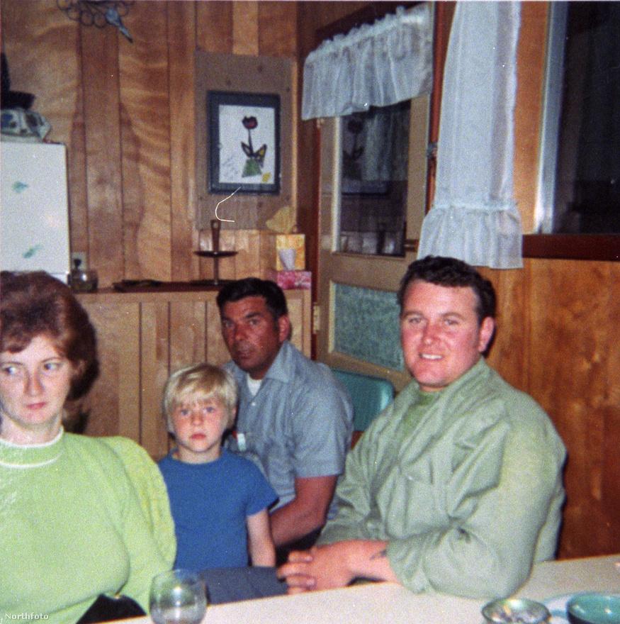 Apjával, Don Cobainnel Washingtonban. Hétéves volt, amikor szülei elváltak, nagyon rosszul viselte a dolgot. Szabályosan szégyellte magát, amiért nem rendes családban él. Zárkózott lett és befelé forduló, nehezen tűrte az új családi környezetet, a mostohatestvéreket. Később több dalában is feldolgozta a válás során szerzett fájdalmas emlékeit.