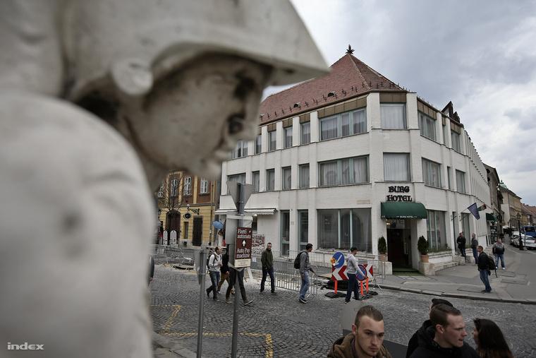 A hotel helyén lévő Diplomata Házban kémkedett Cicciolina a kommunistáknak