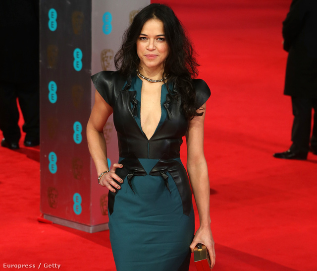 Michelle Rodriguez a vörös szőnyegen egy filmgálán, amit idén februárban tartottak a londoni operaházban