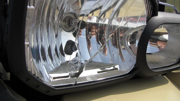 Manapság ritkán látni üvegből készült fényszóróburát - többek közt ezért. Úgy egy órányit, ha motoroztam, mikor egy kavics megrepesztette a sík, közel merőleges üveget. Ezek után csak melegen tudom ajánlani a fényszóróvédő burkolat felszerelését