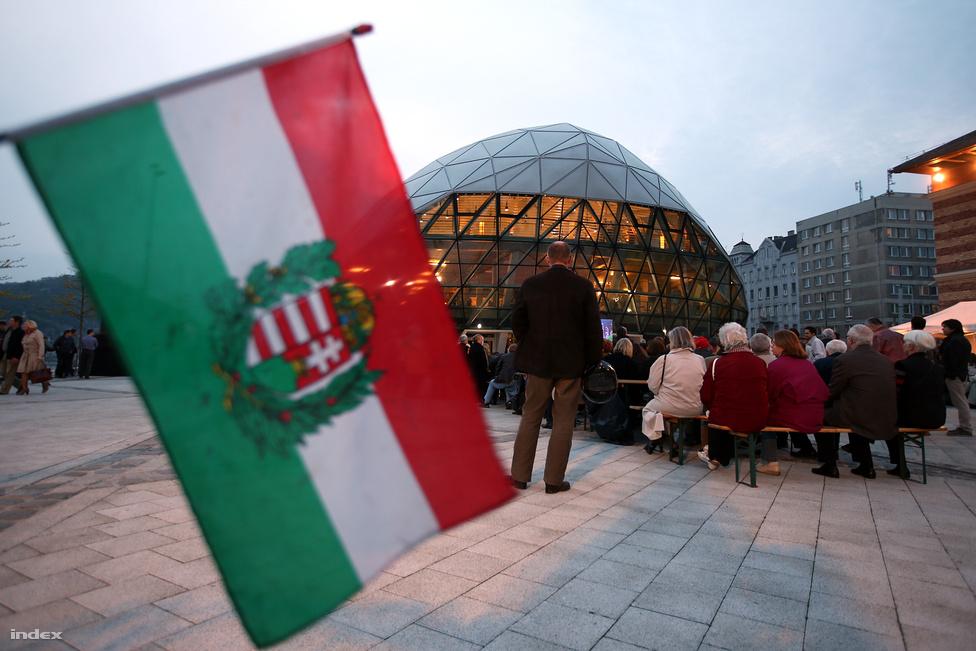 A Fidesz politikusai a Bálnában, a szimpatizánsok a Bálna előtti kivetítőn követték az eseményeket a párt eredményváróján.