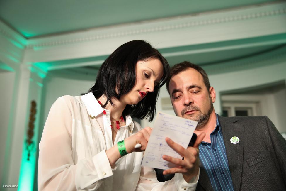 Az LMP képviselő jelöltje, Csiba Katalin arról egyeztet, hogy mit mondanak az első eredményekről, amik a Nézőpont Intézet felmérése után nem voltak túl biztatóak.