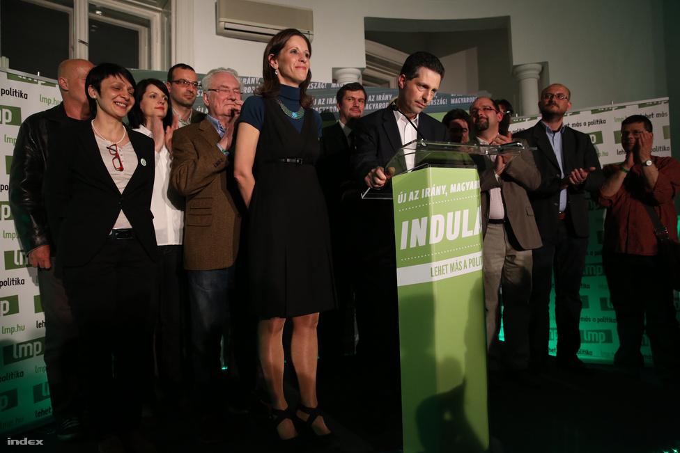 Schiffer András abban a pillanatban, amikor bejelenti, hogy az LMP a párt kettészakadása ellenére visszajött a semmiből, és átment a tű fokán, azaz bejutott a parlamentbe.