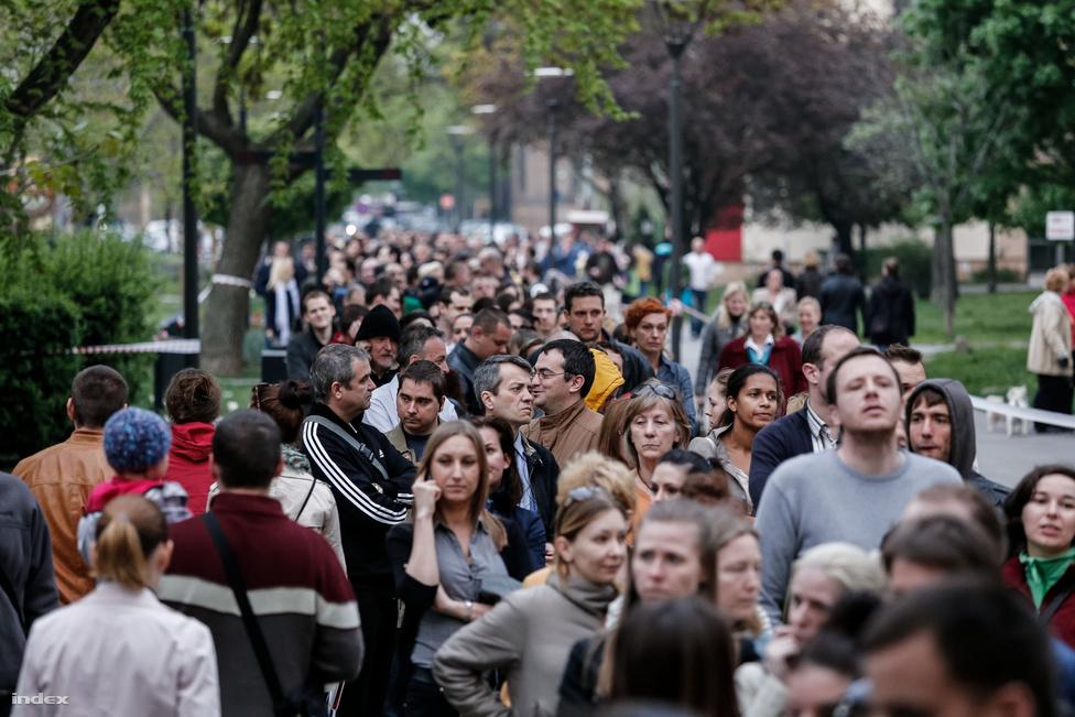 Budapesten és több vidéki városban azonban jókora sorok alakultak ki az átjelentkező szavazóknak kijelölt szavazóköröknél. Több helyen nem is sikerült befejezni az este hét órás urnazárásra a szavazást, az angyalföldi Üteg utcánál csak kilenc előtt nem sokkal fogyott el a több száz emberes sor. A várakozóknak több helyen vizet, pogácsát osztottak. A Nemzeti Választási Iroda úgy reagált az Üteg utcai kifogásokra, hogy nem lehet több helyiséget kijelölni egy szavazókörnek, ehelyett inkább a tornateremben kellett volna tartani a szavazást.