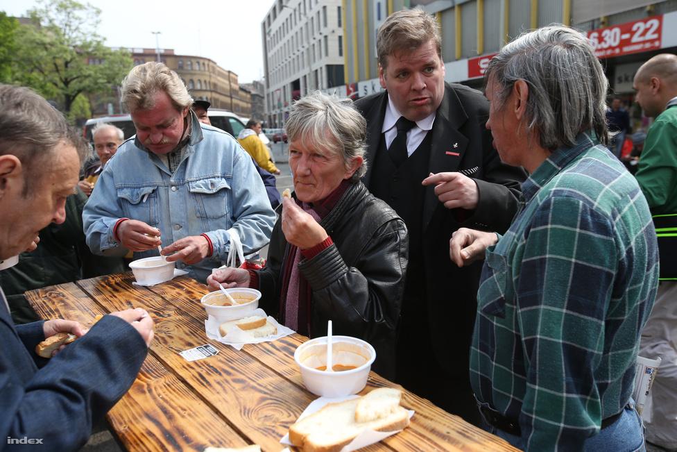 A Szocdemek ételosztásán paprikás krumpli volt a menü, Schmuck Andor egyig kétezer adag ételt osztott ki a Blaha Lujza téren. Sűrű napja volt, két nyugdíjasotthont is felkeresett, aztán még orvoshoz is ment, mert pakolás közben a lábujjára esett valami.