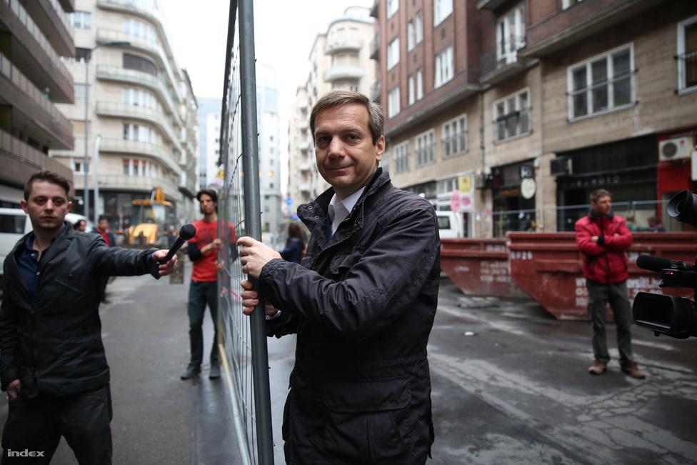 Az Együtt-PM politikusai és aktivistái Bajnai Gordon vezetésével elbontották a Madách téren felállított kordont. Szombaton nyilvánították építési területté az Együtt-PM eredményváró helyszínét.
