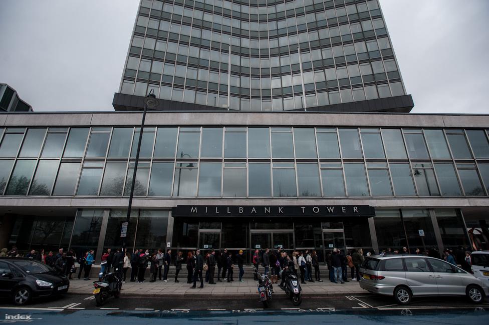 Londonban is jókora sor alakult ki, volt, hogy 150-200 ember is várakozott a szavazásra. Gera Zoltán 77-szeres válogatott labdarúgó is itt adta le szavazatát.