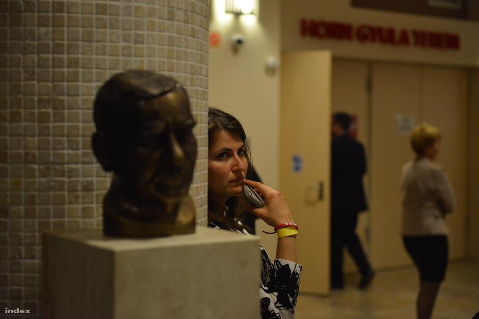 Az MSZP Jókai utcai pártházában nem volt túl lelkes a hangulat. Az első eredményeknél még nem is nagyon akartak értékelni.
