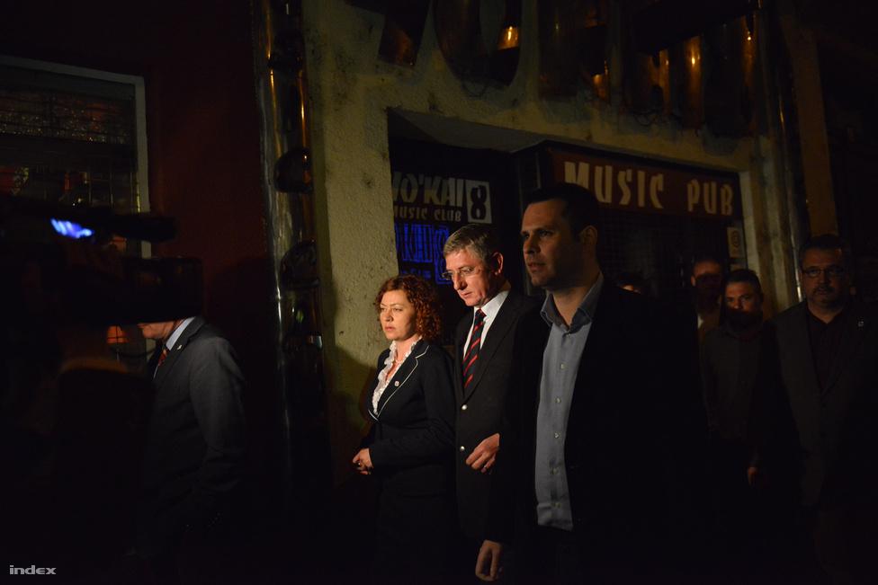 Gyurcsány, Vadai és Gréczy érkezik az MSZP székházba, hogy a DK elnöke elmondja, a Fidesz nem fogja kihúzni a 4 évet.