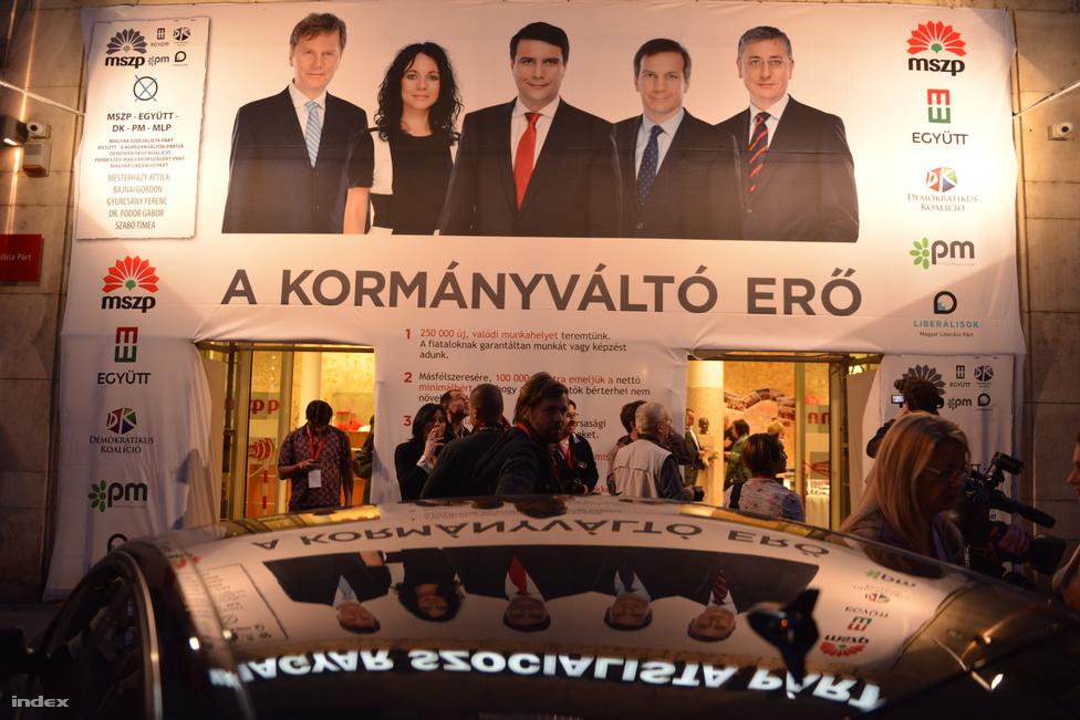 Az MSZP-székházában késő estig kellett várni a vezető politikusok feltűnésére. Itt tartották később az ötpárti ellenzéki összefogás közös eredményértékelő sajtótájékoztatóját.